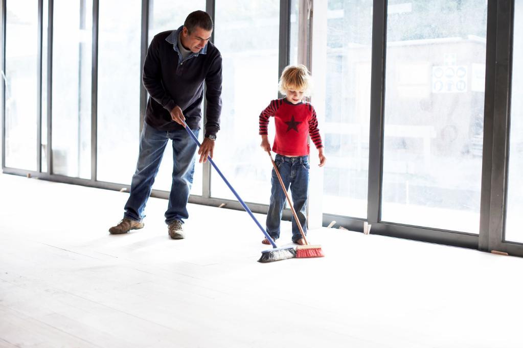 homem criança varrendo o chão vassoura varrer pai filho