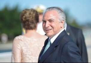 Michel Temer (Dilma ao fundo)