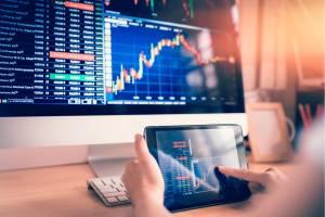 Ibovespa opera entre perdas e ganhos com investidores à espera de decisões de juros; dólar fica estável