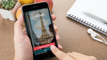 Celular mostrando aplicativo do Airbnb.