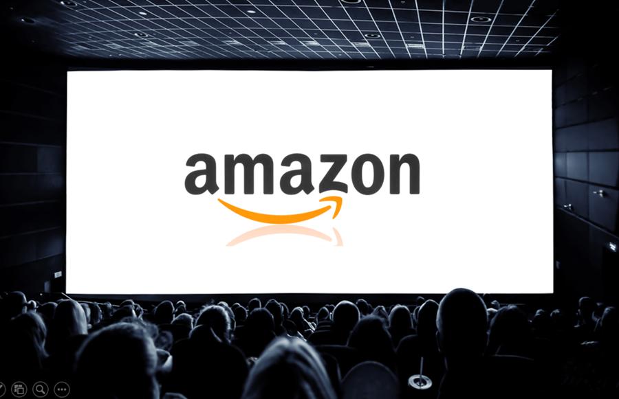 Logo da Amazon sendo exposto na tela de um cinema.
