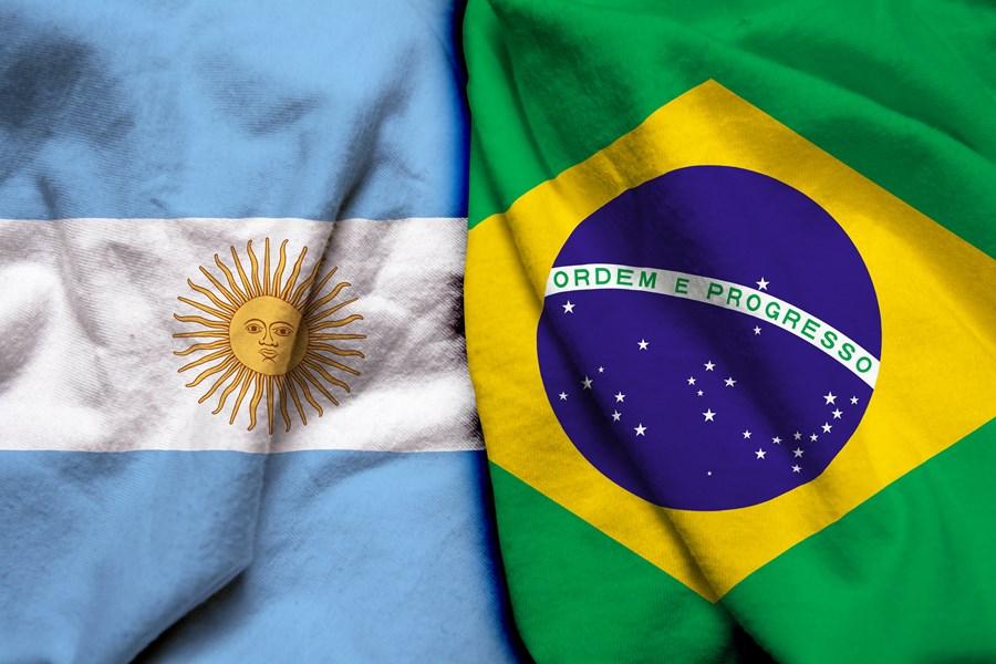Bandeiras da Argentina e do Brasil uma ao lado da outra