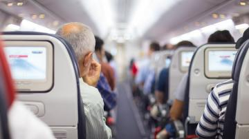 Filas de passageiros sentados em avião
