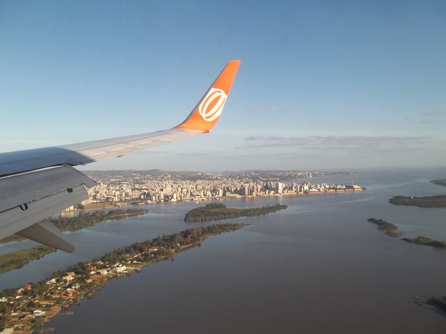 Ações de aéreas sobem forte e varejistas amenizam queda; Qualicorp salta 7% e Petrobras fica estável apesar do petróleo thumbnail