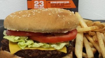 Sanduíche com hambúrguer da Beyond Meet, com fritas