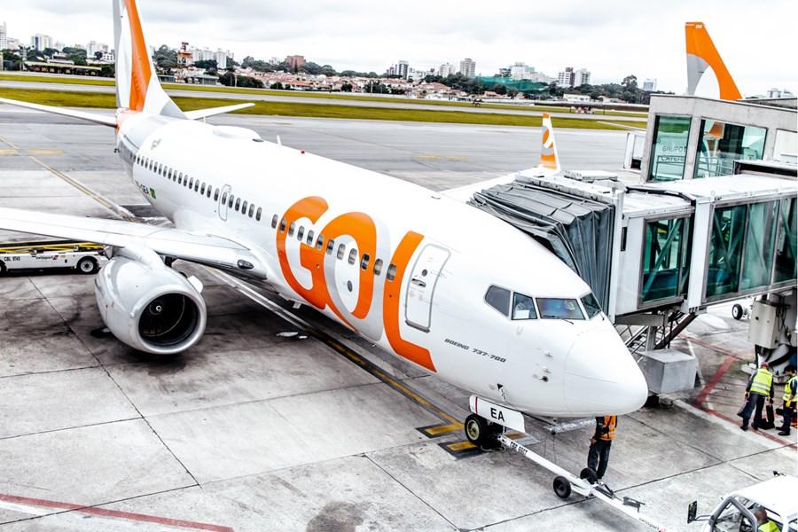 Aeronave da Gol parada em aeroporto