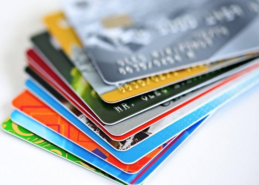 Uma pilha de cartões de crédito coloridos.
