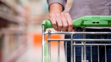 Homem empurrando carrinho de compras no supermercado