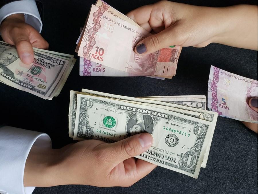 Após real ser a pior moeda do mundo no 1º semestre, dólar continuará  subindo em 2020?