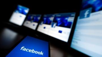 Celular com aplicativo do Facebook aberto