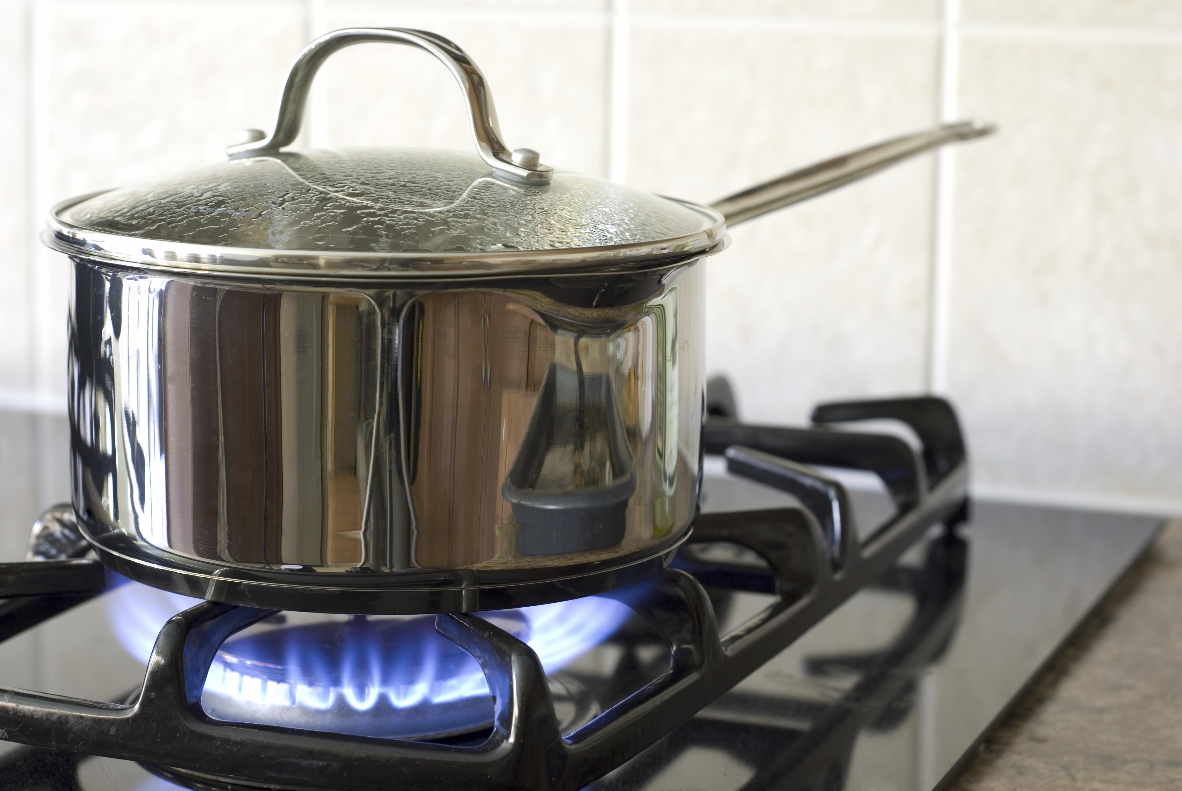 Gás de cozinha ignora desvalorização do barril de petróleo e já custa até R$ 115