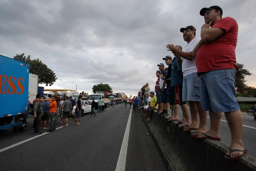 Apesar do apelo de Bolsonaro, caminhoneiros mantêm paralisação thumbnail