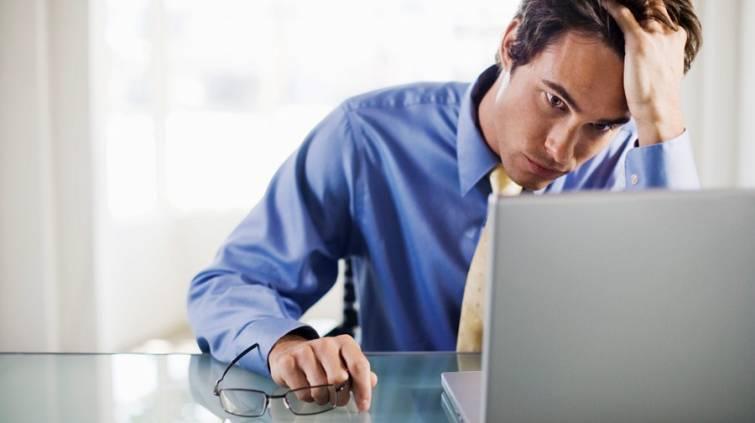 homem-preocupado-home-office-trabalho