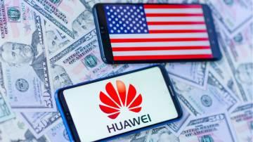 Dois aparelhos celulares, um ao lado do outro, mostrando em suas telas a bandeiras dos Estados Unidos e o logo da Huawei.