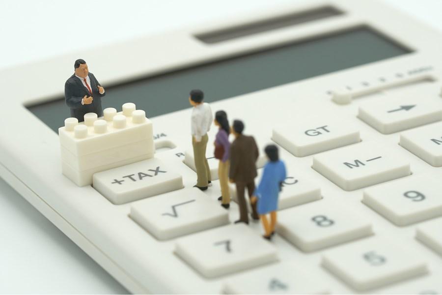 Clientes de banco em uma fila para falar com gerente.