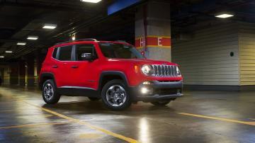Modelo vermelho do Jeep Renegade em estacionamento