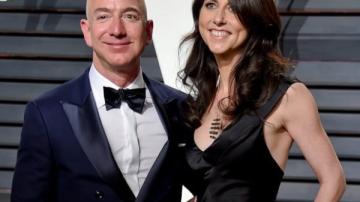 Jeff Bezos aparece à direita de sua ex-mulher MacKenzie Bezos.