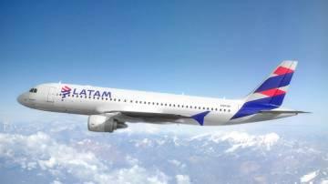 Avião da Latam no céu