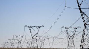Uma foto com várias linhas de transmissão de energia