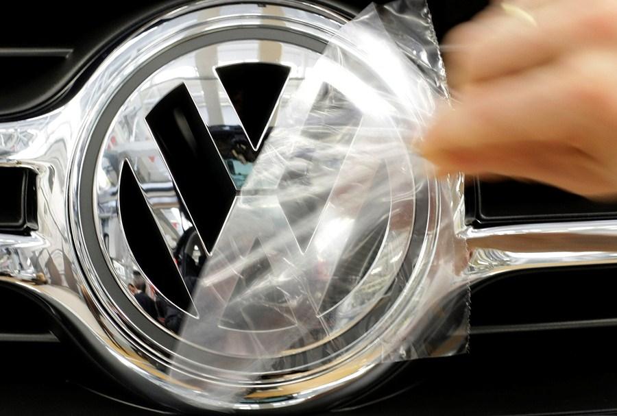 Logo da Volkswagen em linha de montagem