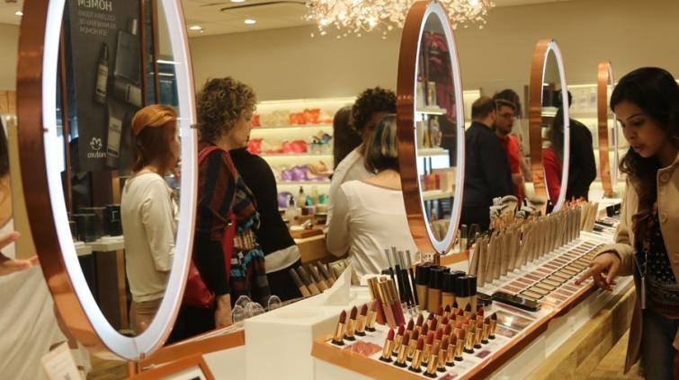 Consumidores olham produtos em loja da Natura