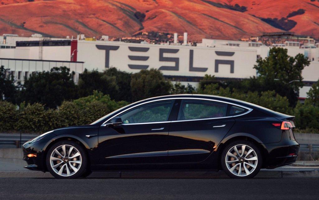 Investigação de acidente fatal com Tesla em 2018 culpa parcialmente o piloto automático do Model X