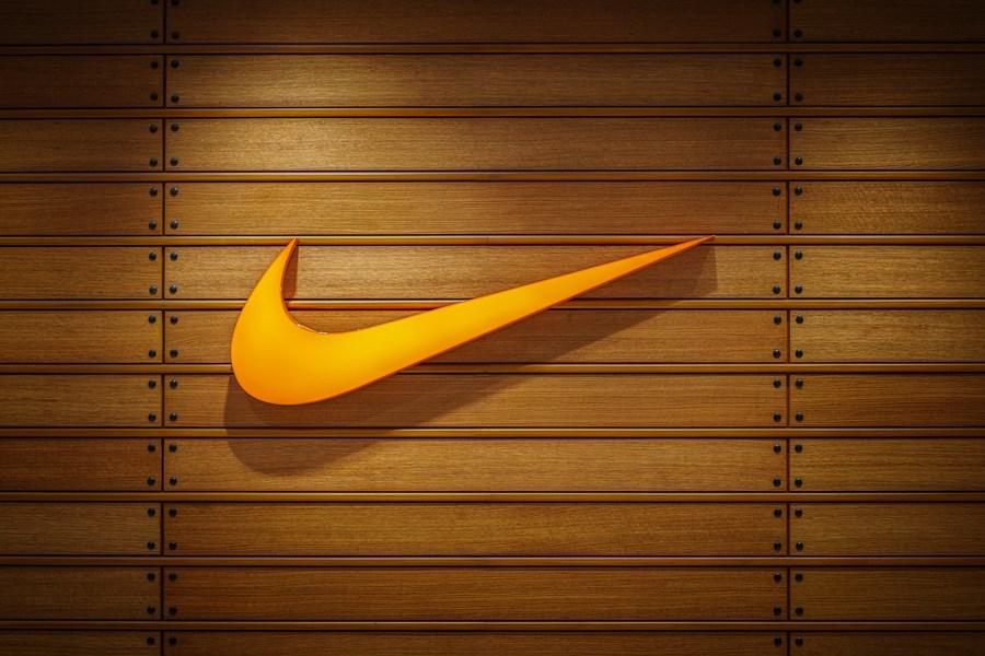 Nike cai forte na Nasdaq após relatar problemas em cadeia de suprimentos e impacta ação da SBF na B3   InfoMoney