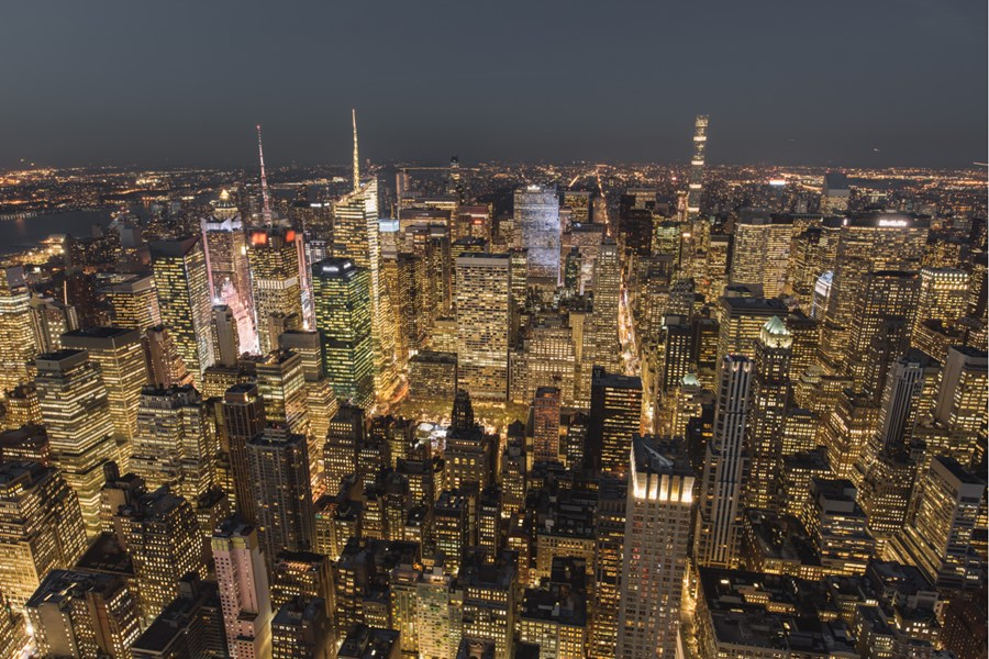 Uma foto ampla da cidade de Nova York vista de cima.