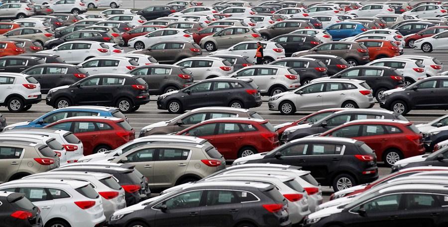 Carros estacionados em parque da Kia
