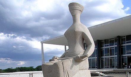 simbolo-da-justica-em-frente-ao-stf-em-brasilia
