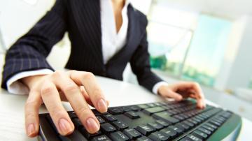 Mulher digitando no teclado