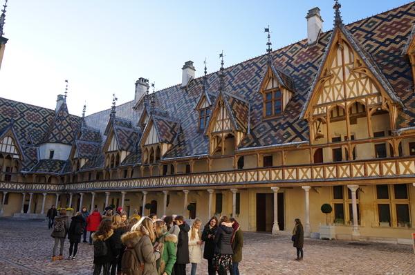 3_alunos_franceses_e_turistas_visitam_o_hospice_de_beaunejpg