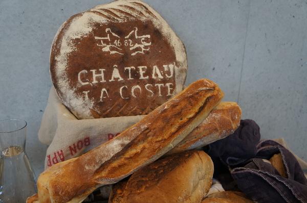 Paes com o brasão do Chateau Lacoste