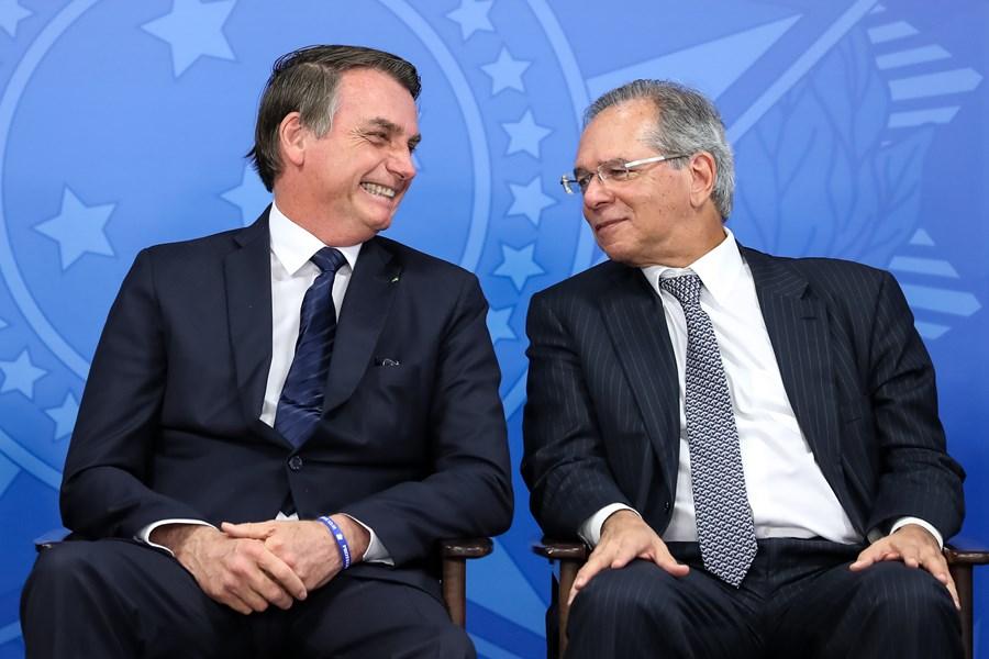 """Homem que decide a economia no Brasil é um só, chama-se Paulo Guedes"""", diz  Bolsonaro"""