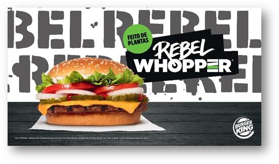 Rebel Whopper ao centro em cima de uma mesa preta,