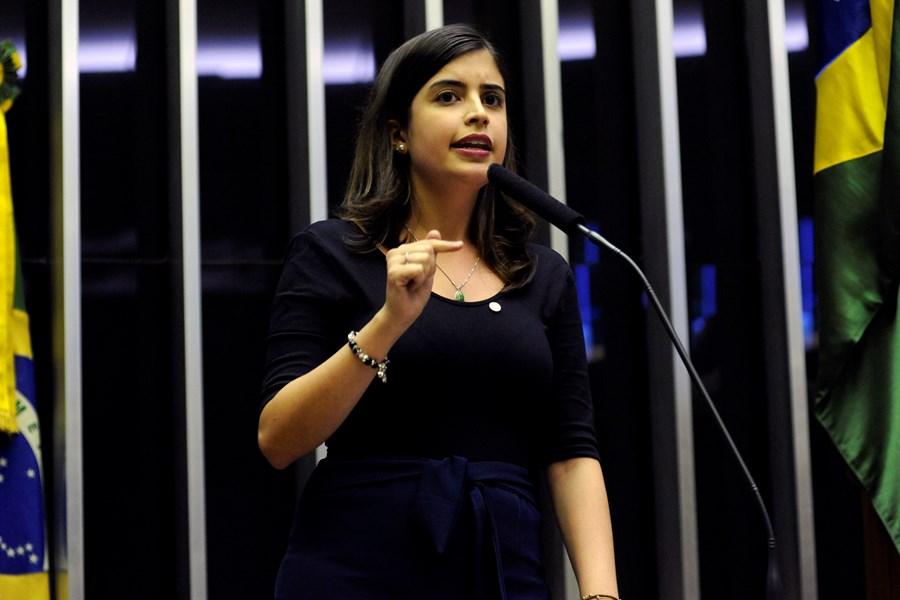 A deputada Tabata Amaral faz discurso na tribuna do plenário da Câmara