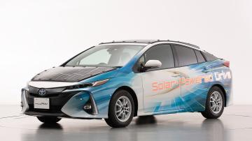 Toyota Prius azul com painéis solares.