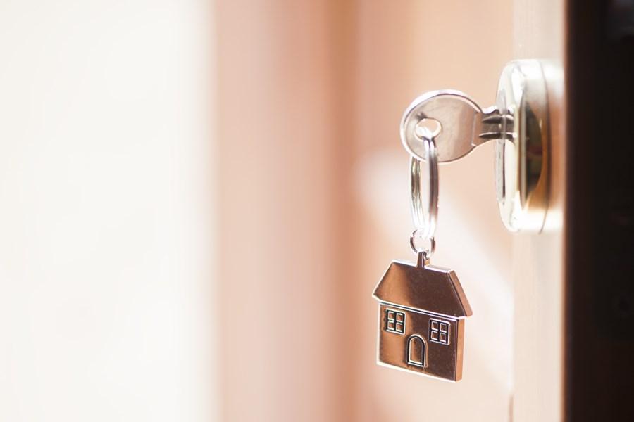 Uma foto com um zoom na porta de entrada mostrando a fechadura com uma chave nova.