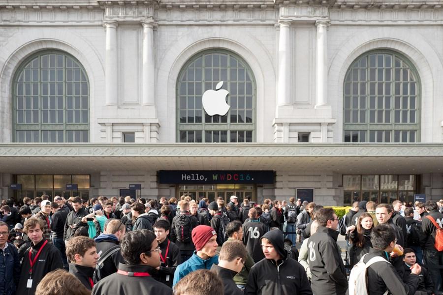 Loja da Apple lotada de pessoas