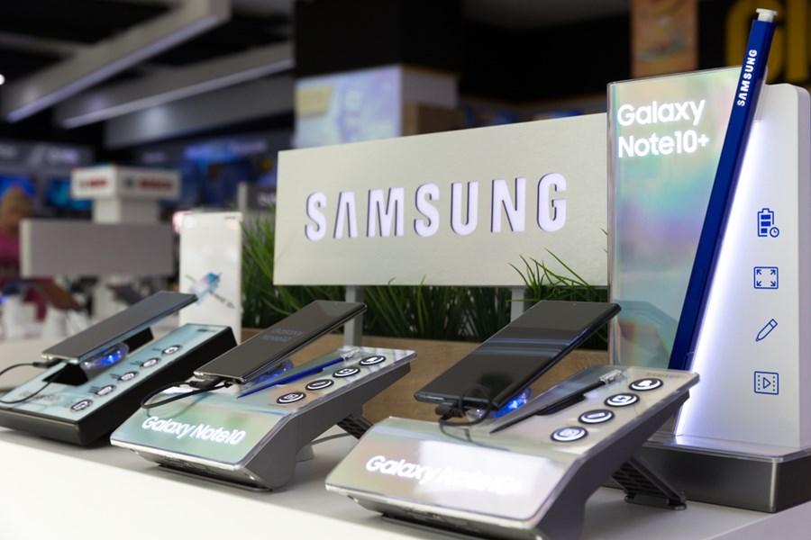 Galaxy Note dez da Samsung expostos em uma loja com uma placa da marca.