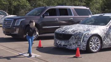 Carro autônomo tentando parar quando uma criança atravessa a rua