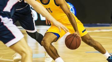 Jogadores de basquete em quadra