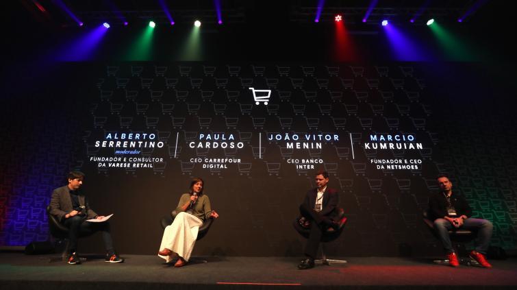 Painel com os CEOs do Carrefour Digital, Banco Inter e Netshoes. Da esquerda para a direita, Alberto Serrentino, Paula Cardoso, João Victor Menin e Márcio Kumruian