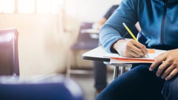 Estudantes realizando prova escrita