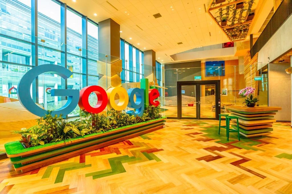Escritório do Google com o logo em tamanho real