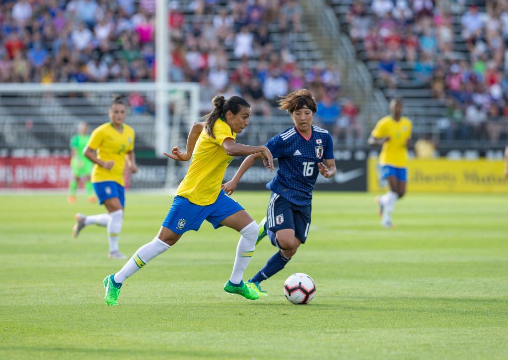 Jogo de futebol feminino; Marta desarma jogadora japonesa