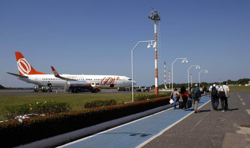Avião da Gol com pessoas na pista a caminho da aereonave