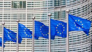 Bandeiras da União Europeia em frente ao Parlamento