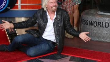 O bilionário Richard Branson sentado na Calçada da Fama, em Hollywood
