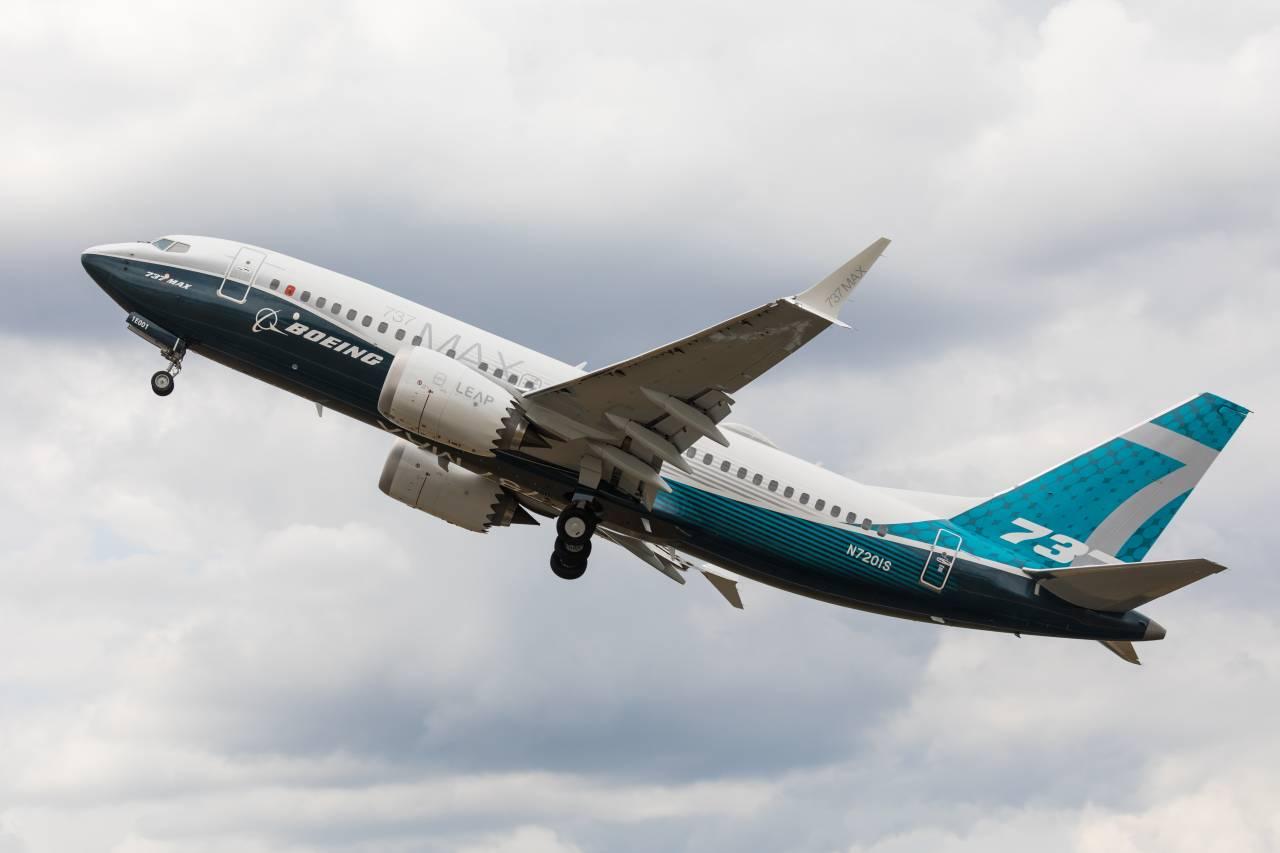 Modelo 737 Max da Boeing voando em um céu cinza